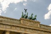 Cuadriga escultura en la cima de la puerta de brandenburgo de berlín — Foto de Stock