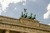 Quadriga heykel üstünde belgili tanımlık tepe-in berlin brandenburg kapısı — Stok fotoğraf