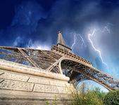 париж - эйфелева башня. гроза, приближается к городу. — Стоковое фото