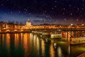 巴黎和塞纳河河的美丽夕阳的颜色. — 图库照片