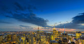 NEW YORK CITY - FEB 22: Empire State Building lights up in winte — Stock Photo