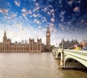 Wonderful sunset colors of Westminster Palace and Bridge, Big Be — Stock Photo
