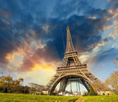 Wonderful view of Eiffel Tower in Paris. La Tour Eiffel with sky — Foto de Stock