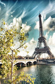 Beautiful colors and vegetation near Eiffel Tower and Seine rive — Stock Photo