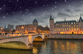 Beautiful colors of Napoleon Bridge at night with Seine river - — Photo