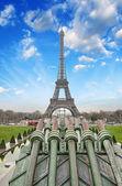 巴黎。埃菲尔铁塔上的一个寒冷的 12 月上午的美丽景色 — 图库照片