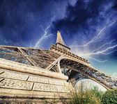 Paryż - wieża eiffla. burza zbliża się miasta. — Zdjęcie stockowe