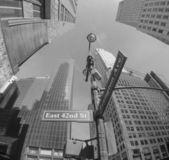 Yukarı doğru balıkgözü manhattan yüksek gökdelenler - new york ci görünümünü — Stok fotoğraf