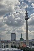 Alexanderplatz, ampio angolo con con cielo nuvoloso estate - berlino — Foto Stock