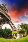 Beautiful sunset colors of Eiffel Tower with its magnificence - — Stock Photo