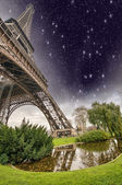Beautiful view of Eiffel Tower with its magnificence - Paris — Stock Photo