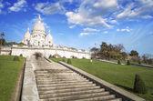 Kutsal yürek katedrali ve dik bir merdiven - pari harika görüntüsü — Stok fotoğraf