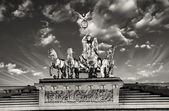 Maestà di quadriga sopra la porta di brandeburgo, con cielo drammatico — Foto Stock