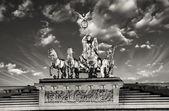 Quadriga dramatik gökyüzü ile brandenburg kapısı üzerinde heybet — Stok fotoğraf