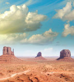 Wonderful sky over the unique landscape of Monument Valley, Utah — Stock Photo