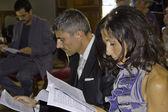 Novia y el novio en la iglesia — Foto de Stock