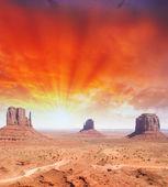 Wspaniałe niebo nad unikalny krajobraz pomnik dolina, utah, stany zjednoczone ameryki — Zdjęcie stockowe