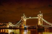 Lichten en kleuren van tower bridge op nacht - londen — Stockfoto