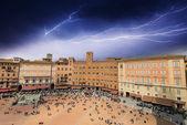 Wunderbare luftaufnahme der piazza del campo in siena während eines sturms. — Stockfoto