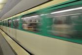 париж. перемещение поезд на станции метро — Стоковое фото