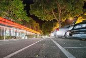 Port douglas, australien. auto licht wege an der macrossant road. — Stockfoto