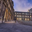 The Louvre, Paris. Beautifully illuminated buildings, exterior v — Foto Stock