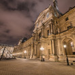 PARIS - NOV 30: Louvre museum lights at night, November 30, 2012 — Foto de Stock