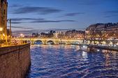 巴黎。在晚上塞纳河河 — 图库照片