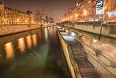 巴黎。在晚上 notre dame 门面. — 图库照片