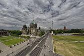 柏林 dom。 美丽在一个夏日柏林大教堂的查看 — 图库照片