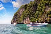 PHI PHI ISLAND, THAILAND - AUG 5: Tourists enjoy the wonderful b — Stock Photo