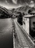 Nehir, gökyüzü ve toskana bölgesinin bitki örtüsü ile demiryolu — Stok fotoğraf