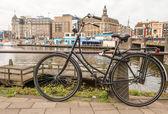 амстердам, нидерланды. красочный велосипед через мост и город каналов — Стоковое фото
