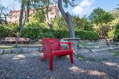 Linda cadeira de madeira vermelha no parque — Fotografia Stock