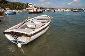 Hermoso pequeño barco anclado en el puerto. — Foto de Stock