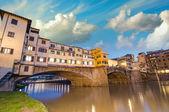 フィレンツェ、イタリア。壮大な橋寄木細工上記の夕焼け — ストック写真