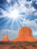 Maravillosa vista del famosos buttes de monument valley en el atardecer, ut — Foto de Stock