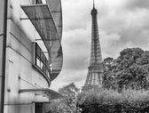 Paris. Beautiful view of famous Eiffel Tower between buildings — Stock Photo