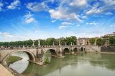 Roma, italia. hermosa vista del río tíber con el famoso puente. — Foto de Stock
