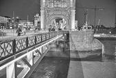 Londres. el puente de la torre al atardecer. — Foto de Stock
