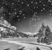 Vackra färger i dolomiterna landskapet i vinternatten — Stockfoto