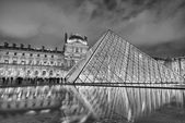PARIS, NOV 28: The Louvre at dusk on November 28, 2012 in Paris. — Stock Photo