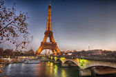 Stunning view of Eiffel Tower at winter sunset, Paris — Stock Photo