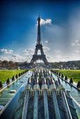Krásný výhled na eiffelovu věž s vegetací — Stock fotografie