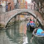 Beautiful romantic Venetian scenery with classic Gondola — Stock Photo