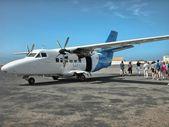 CAPE VERDE - APR 28: Tourists descend from a small plane, April — Stock Photo