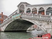 VENICE - MAY 18: Tourists on Rialto Bridge. May 18. 2009 in Veni — Stock Photo