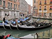 VENICE - MAY 17: Gondoliers navigate on the Venice canals mornin — Stock Photo