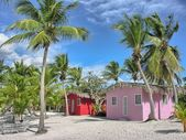 Karaibska plaża z kwintesencją kolorowe domy. — Zdjęcie stockowe