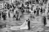 NEW YORK CITY - JUN 10: A married couple enjoys the main Grand C — Stock Photo